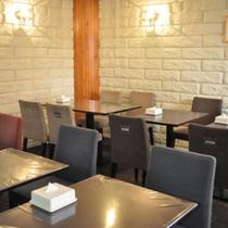 明るい清潔感のある食堂