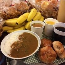 朝食ではカレーライスとパンが食べ放題♪