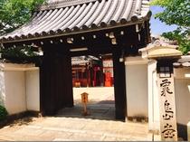 【粟嶋堂 宗徳寺】ホテルから徒歩1分。ご婦人の守護神が祀られており、女性の参拝者が絶えません。