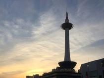 【京都タワー】京都の街を照らす灯台をモチーフとするシンボル。