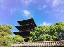 【世界遺産 東寺】ホテルから徒歩15分。五重塔の威容に圧倒されます。