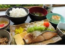 鮭朝定食(全5種類のうち3種類から選べます)