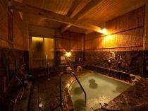 湯船の底から自噴する珍しい造りの女性大浴場