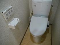 【共用のトイレ(ウォシュレット付】 バストイレ共用のお部屋にお泊りの方は共用のトイレをお使い下さい。