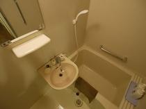 【バストイレ付き個室のユニットバス】 ※ボディソープ、リンスインシャンプーを備えております。