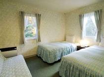 「清潔感がうれしいね!」のお声を戴く客室です。(写真は2〜3名室13.9㎡)