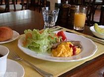 地元産の卵、ほかほかのパン、オリジソーセージ、新鮮さが自慢のたっぷりサラダ、などなどの朝食です。