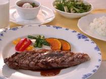 食べ盛りのお子様(小学校中上級生)向けのミニディナー。大人コースからオードブルとスープを除きました。