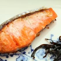 焼き鮭-あったかいご飯とホッとするお味噌汁など味わえる和朝食