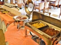 【朝食バイキング】明るいレストランで充実の朝を♪