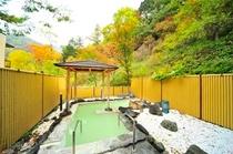 秋の露天風呂と紅葉2