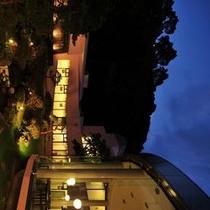 夜の庭園から望むラウンジ