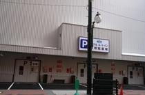 駐車場はホテル裏手にご用意しております