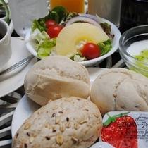 ☆無料のバイキング朝食にはヨーロッパ直輸入の無添加パンも召し上がれます。