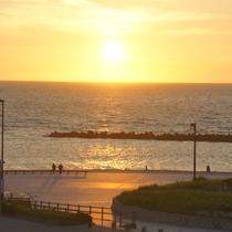*景観/当館より徒歩5分!「日本の夕陽100選」に数えられる瀬波海岸がすぐそこにございます。