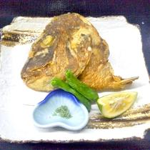 *鯛のかぶと揚げ一例/外はサクッ、中はホロッとした身でご好評頂いています!