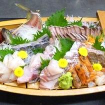 *【夕食一例/舟盛り】地元村上の新鮮の海の幸が彩る舟盛りです♪(写真は4人前になります)