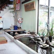 *【館内】ロビー横には、日本庭園をイメージしたベンチと鯉がいる小さな池がございます。