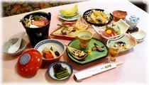 【夕食例】そばや山菜など地元の素材と日本海の幸を盛り込んだ、京風仕立ての豊かな味わいのお料理