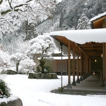 当館の雪景色。雪が降ると水墨画のような深耶馬渓の風景に包まれます