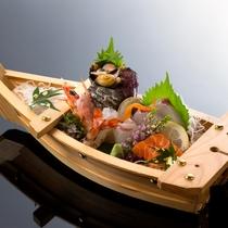 【料理/逸品】お刺身の舟盛りはご人数に合わせてご準備できます。
