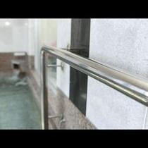 安全のために浴室に手すりも完備