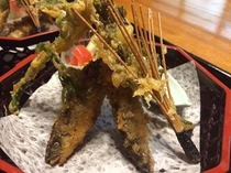 天然若鮎と山菜の揚げ物