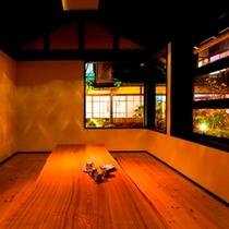 【談話室】中庭の眺望を楽しみながら寛ぐことができます。
