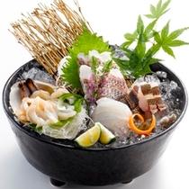 【お造り・通常メニュー】伊良湖で獲れた新鮮な地魚の盛り合わせをご用意いたします。