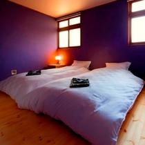 壱番(紫陽花)のベッドルームは、お部屋のコンセプト「紫陽花」に合わせた紫色の壁を配しております。
