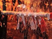 大火勢の回転 火の粉