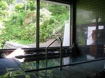 源泉100%かけ流しが自慢のお風呂。24時間入浴可能