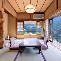 *梅の間/山の彩りを愉しむ純和風のお部屋。しっとり落ち着いた和室で寛ぎのひと時を。