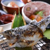 *お夕食一例(七代)/多摩川上流に佇む当館ならではの一品。季節の川魚をシンプルな塩焼きで。