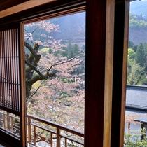 *萩の間/小鳥の愛らしい囀りが山々にこだまする-同じ東京でも安らぎに満ちた場所が此処に。