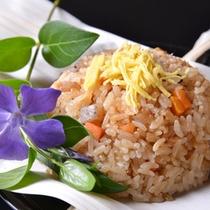 *お夕食一例(野遊)/最後の〆は五目ご飯。季節のお花を添えて。