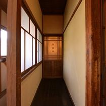 *廊下の突き当たりはお手洗い。昔の佇まいが残る館内。