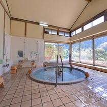 *大浴場/温かい湯船に浸かり、美しい御岳渓谷の景観を眺める。贅沢な湯浴みをご堪能下さい。