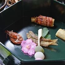 *お夕食一例(七代)/旬を告げる山菜や川魚をはじめ、心尽くしの品々が並ぶ里山会席料理。