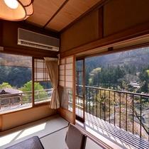 *梅の間/静寂と憩いを兼ね備えた上質の空間。しっとりとしたプライベートな時間を紡ぎだす。