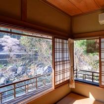*つつじの間/御岳渓谷の景観を眺めながら、和の情緒溢れるゆとりの空間に心癒されるひと時。