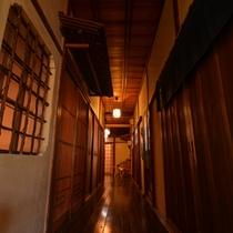 *昭和初期から変わらない情緒溢れる佇まい。毎日磨かれた床や柱の色合いも奥深い。