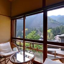 *松の間/山の彩りを愉しむ純和風のお部屋。しっとり落ち着いた和室で寛ぎのひと時を。
