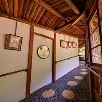 *客室に続く渡り廊下。同じ東京でも、こんなにも安らげる場所があったなんて。