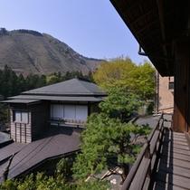 *菊の間/時を忘れ、奥多摩の景観に身を委ねるのも何よりの贅沢。