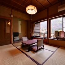 *萩の間/御岳渓谷の景観を望むお部屋。永い年月を重ねた味わい深い品格をそなえる。