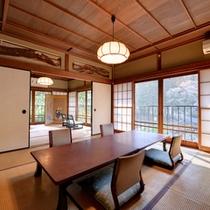 *山吹の間/硝子戸の細工が趣深い。天井と欄間は世界遺産の屋久杉を使用する、こだわりの客室。