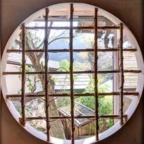 *藤の間/和モダンの趣漂う丸窓から望む奥多摩の景観。