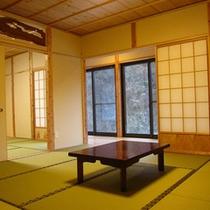【離れ和室】山を臨む露天付きの離れのお部屋です。