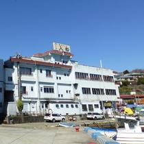 *【外観】真鶴港のすぐ目の前に当館はございます。海辺の町でのんびりとお過ごしください。